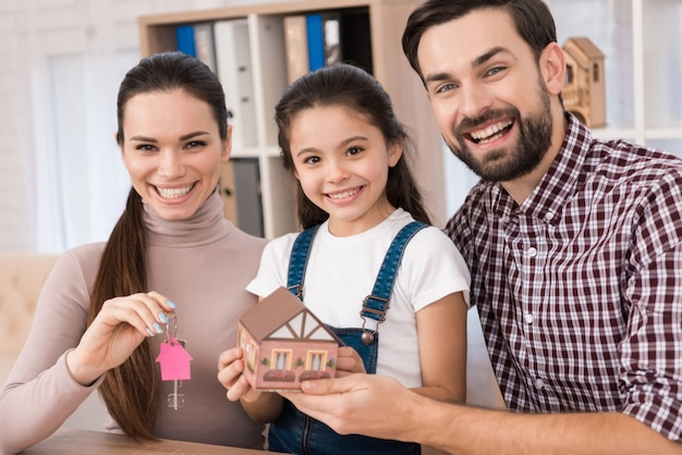 Família jovem está feliz em comprar casa nova Foto Premium