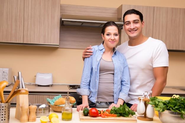 Família jovem na cozinha Foto Premium