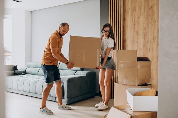 Família jovem se mudando para sua nova casa Foto gratuita