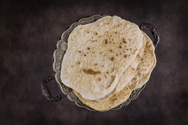 Família judia comemorando páscoa matzoh pães ázimos Foto Premium
