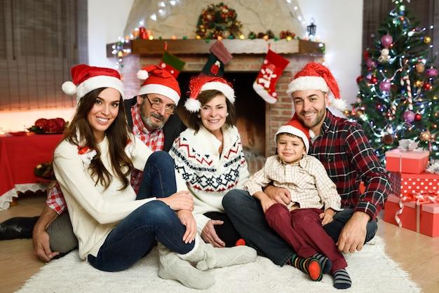 Família junto em sua sala de estar Foto gratuita