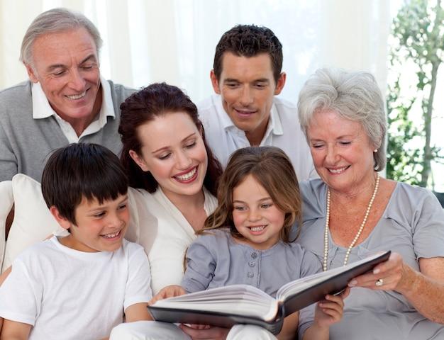 Família lendo um livro na sala de estar | Foto Premium
