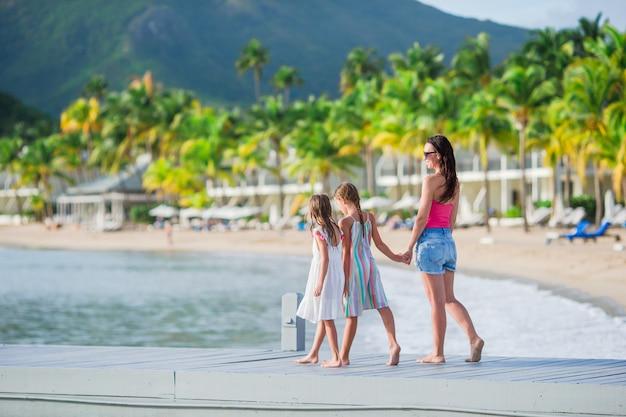 Família linda feliz em umas férias de praia tropical Foto Premium