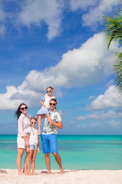 Família linda feliz na praia Foto Premium