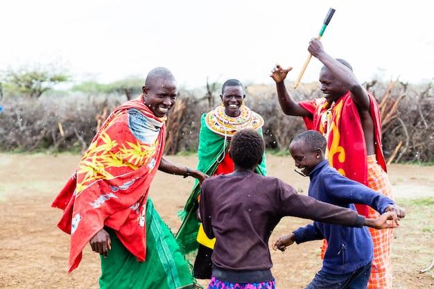 Família massai celebrando e dançando Foto Premium