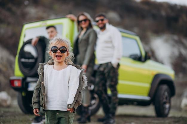 Família moderna jovem viajando de carro e parou para passear no parque Foto gratuita