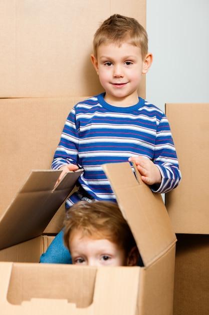 Família movendo-se em sua nova casa Foto Premium