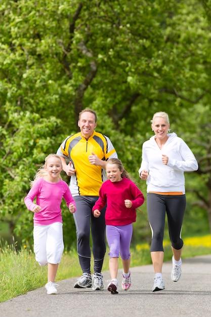 Família, movimentando-se para o esporte ao ar livre Foto Premium