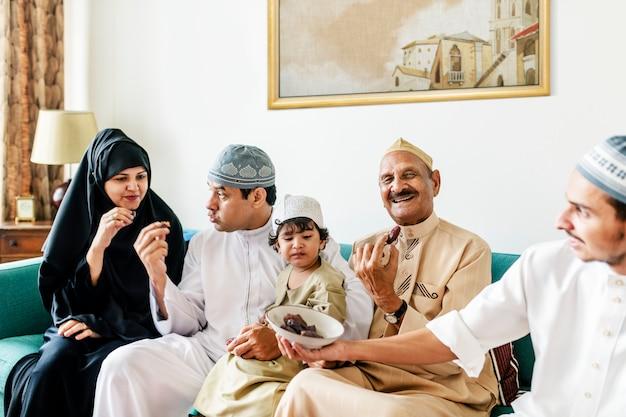 Família muçulmana ter secado datas como um lanche Foto Premium