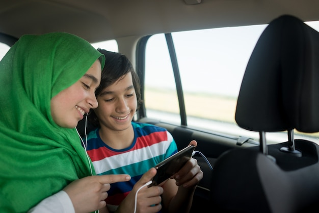 Família muçulmana viajando com carro Foto Premium
