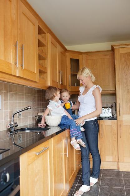 Família na cozinha Foto Premium