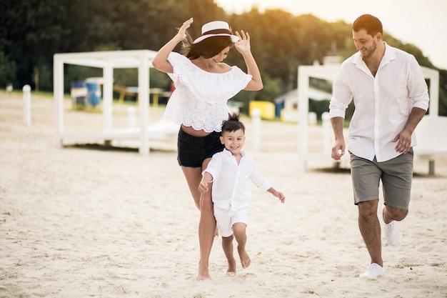 Família na praia Foto gratuita