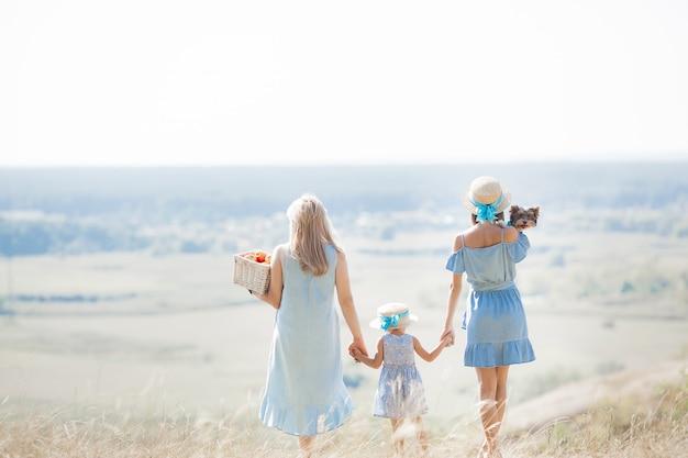 Família no prado. família feliz ao ar livre. família admirar uma bela paisagem. Foto Premium