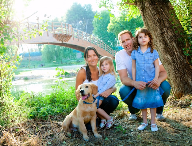 Família pai mãe filhos e cachorro ao ar livre Foto Premium