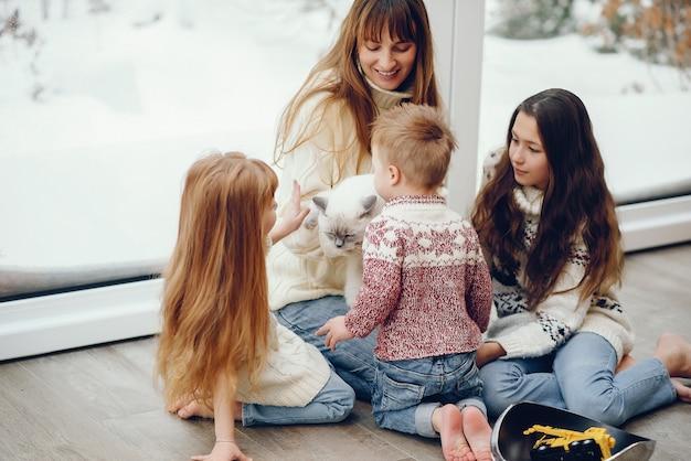 Família passando um tempo em casa e perto de windons Foto gratuita