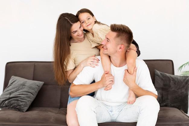 Família passando um tempo junta na sala de estar Foto gratuita