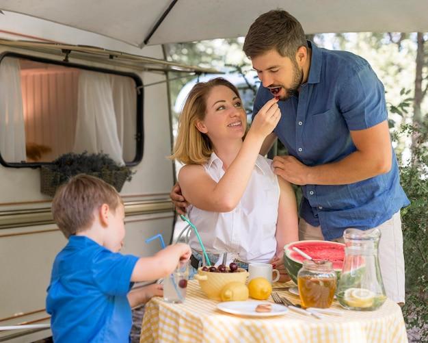 Família passando um tempo juntos comendo Foto gratuita