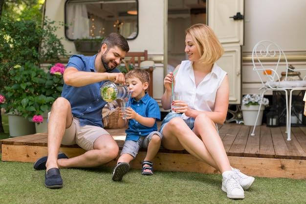 Família passando um tempo juntos fora Foto gratuita
