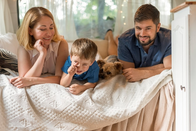 Família passando um tempo na cama em uma caravana Foto gratuita