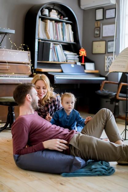 Família passar tempo em casa com sua filha Foto Premium