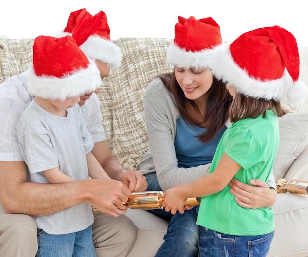 Família que abriu biscoitos juntos no sofá Foto Premium