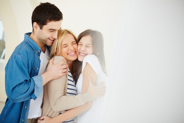 Família que tem um bom dia juntos Foto gratuita