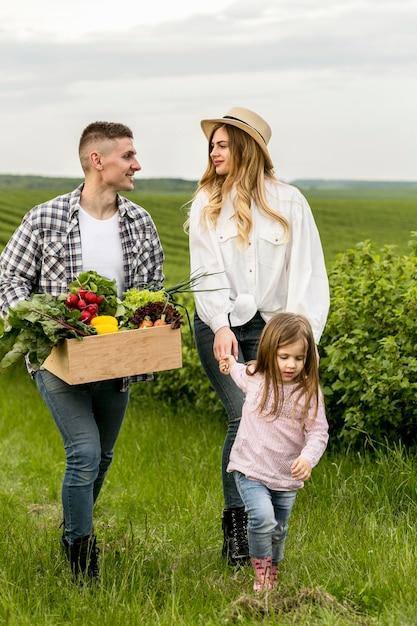 Família que visita terras agrícolas Foto gratuita