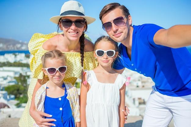 Família se divertindo ao ar livre na ilha de mykonos Foto Premium