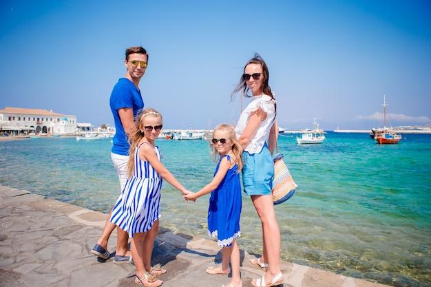 Família se divertindo ao ar livre nas ruas de mykonos Foto Premium