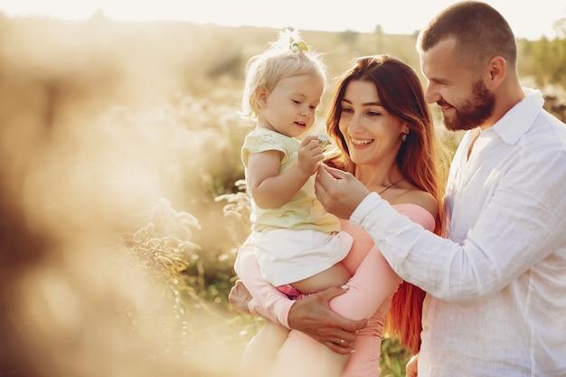 Família se divertir em um parque Foto gratuita
