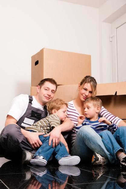 Família se mudando para sua nova casa Foto Premium
