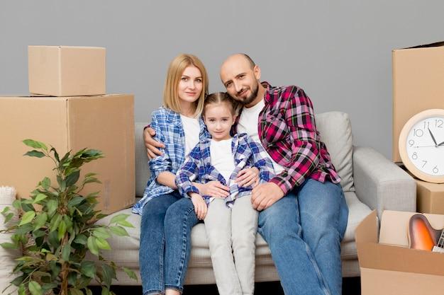 Família se mudar para uma casa nova Foto gratuita