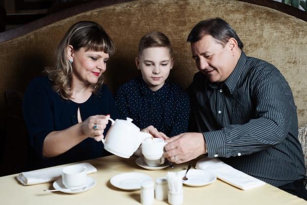 Família se reuniu em um café. Foto Premium