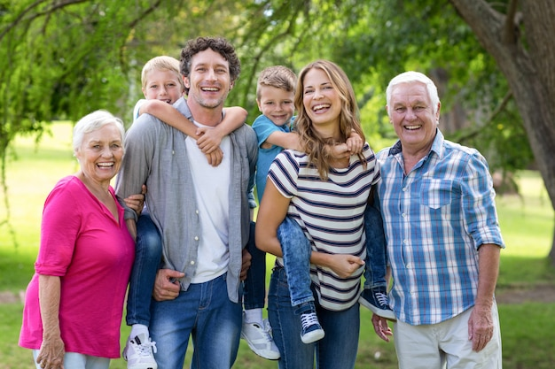 Família sendo no jardim Foto Premium