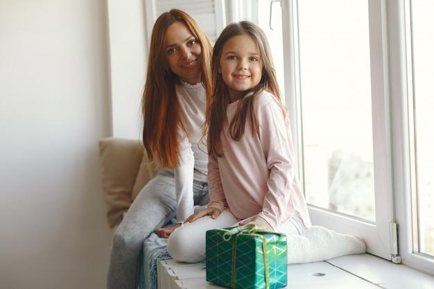 Família sentada em casa com presentes Foto gratuita