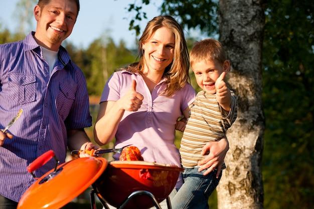 Família tendo churrasco em seu jardim Foto Premium