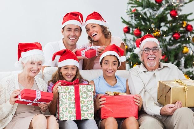 Família trocando presentes de natal Foto Premium