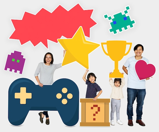 Família vencendo um desafio de videogame Foto Premium