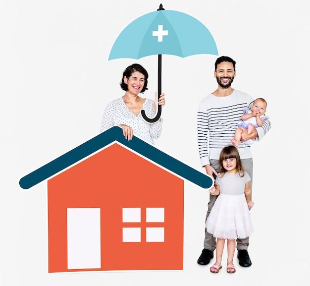 Família vivendo em uma casa segura Foto Premium