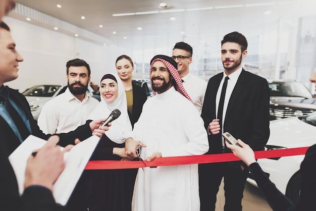 Famoso saudita homem dá entrevista inauguração Foto Premium
