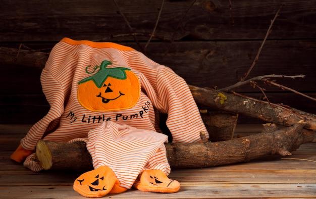 Fantasia de halloween para criança, em fundo de madeira Foto gratuita