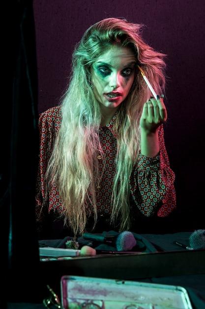 Fantasia de personagem de cabelos compridos de halloween usando maquiagem Foto gratuita