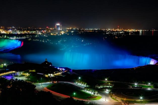Fantásticas vistas das cataratas do niágara à noite, ontário, canadá Foto Premium