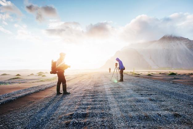 Fantatic a oeste das montanhas e dunas de lava vulcânica até a praia stokksness. turistas viajando pelo deserto Foto Premium