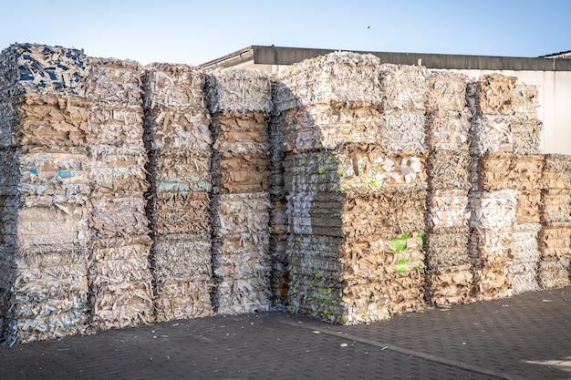 Fardos de papelão e papelão com fitas de arame reciclando Foto Premium