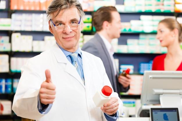 Farmacêutico com clientes na farmácia Foto Premium
