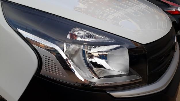 Faróis dianteiros e intermitentes de uma nova van branca. Foto Premium
