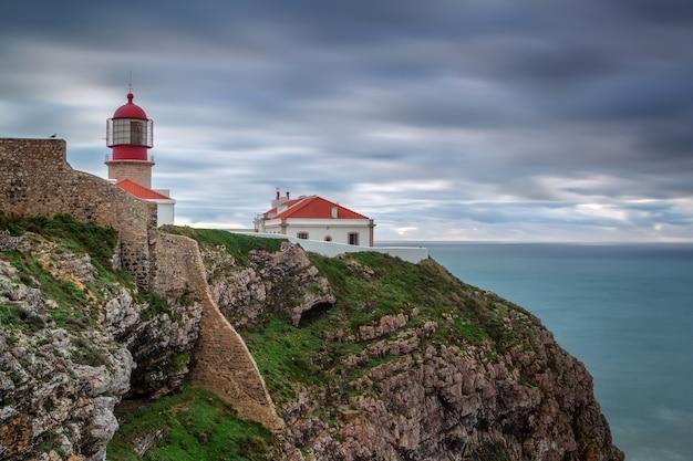 Farol antes da tempestade cabo sao vicente. portugal algarve Foto Premium