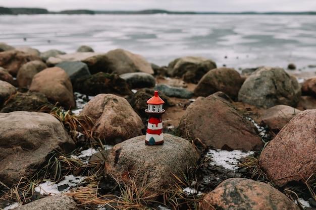 Farol decorativo no mar no inverno. mar congelado com farol. estilo de vida náutico. conceito de inverno, mar, viagens, aventura, feriados e férias. viagem em 2021 Foto Premium