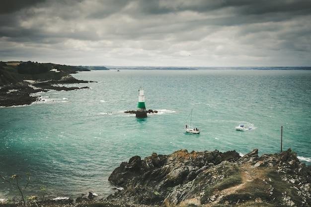 Farol e paisagem costeira em pleneuf val andre, bretanha, frança Foto Premium